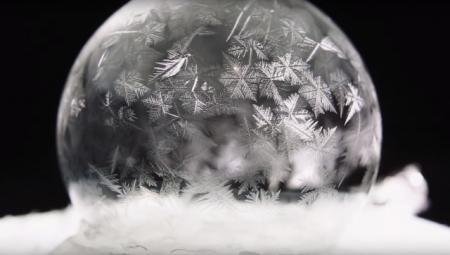 мыльный пузырь на снегу