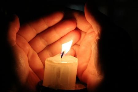свеча ладонь